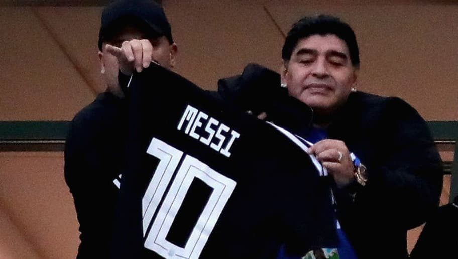 NIZHNY NOVGOROD, RUSSIA - JUNE 21:  Former Argentina player Diego Maradona holds a tribute shirt for Lionel Messi of Argentina before the 2018 FIFA World Cup Russia group D match between Argentina and Croatia at Nizhny Novgorod Stadium on June 21, 2018 in Nizhny Novgorod, Russia.  (Photo by Chris Brunskill/Fantasista/Getty Images)