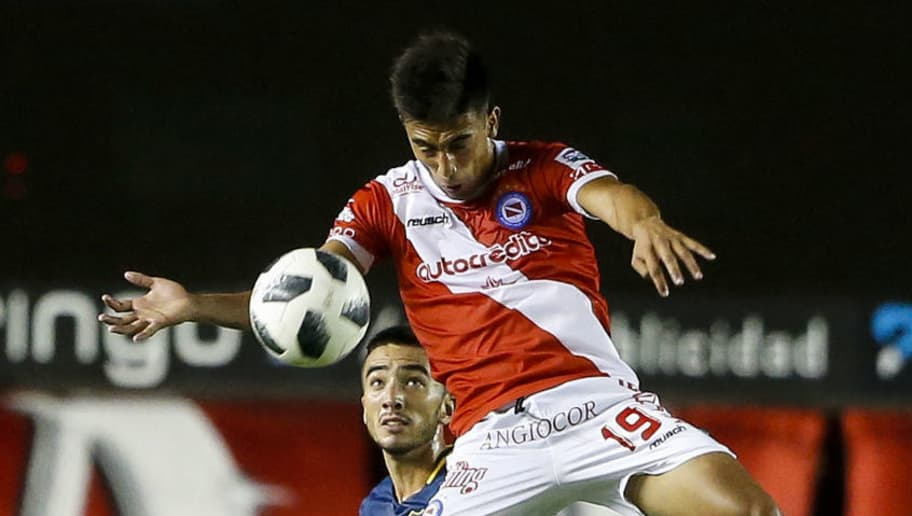 BUENOS AIRES, ARGENTINA - MARCH 05: Nicolas Gonzalez of Argentinos Juniors fights for the ball with Agustin Heredia of Boca Juniors during a match between Argentinos Juniors and Boca Juniors as part of Superliga 2017/18 at Diego Armando Maradona Stadium on March 5, 2018 in Buenos Aires, Argentina.   (Photo by Gabriel Rossi/Getty Images)