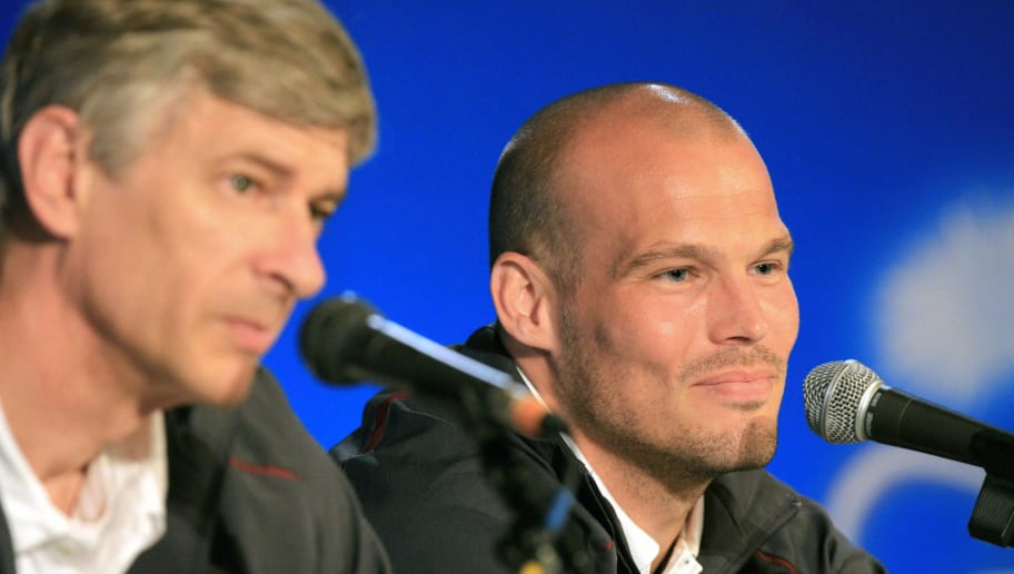 Arsenal midfielder Feddie Ljungberg (R)