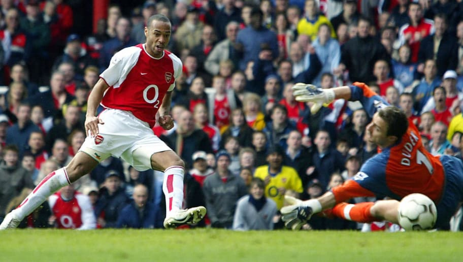 LONDON, UNITED KINGDOM:  Arsenal's French forward Thierry Henry (L) puts the ball beyond Liverpool goalie Jerzy Dudek  for his second goal of the day during their premier league clash at Highbury in London, 09 April 2004.  AFP PHOTO / ODD ANDERSEN    (Photo credit should read ODD ANDERSEN/AFP/Getty Images)