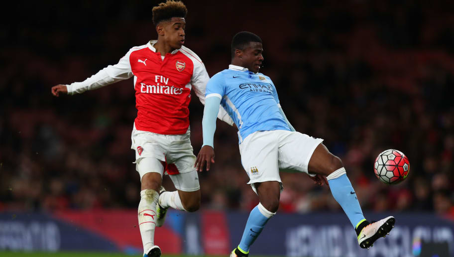 LONDON, ENGLAND - APRIL 04:  Reiss Nelson of Arsenal battles with Javairo Dilrosun of Man City during the FA Youth Cup semi-final second leg match between Arsenal and Manchester City at Emirates Stadium on April 4, 2016 in London, England.  (Photo by Julian Finney/Getty Images)