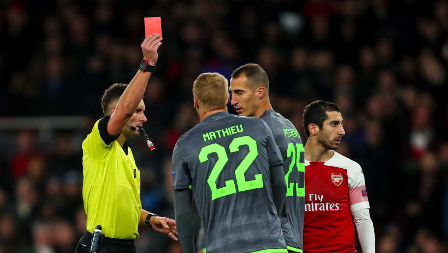 LONDON, ENGLAND - NOVEMBER 08: Jeremy Mathieu of Sporting CP receives a straight red card during the UEFA Europa League Group E match between Arsenal and Sporting CP at Emirates Stadium on November 8, 2018 in London, United Kingdom. (Photo by Robbie Jay Barratt - AMA/Getty Images)