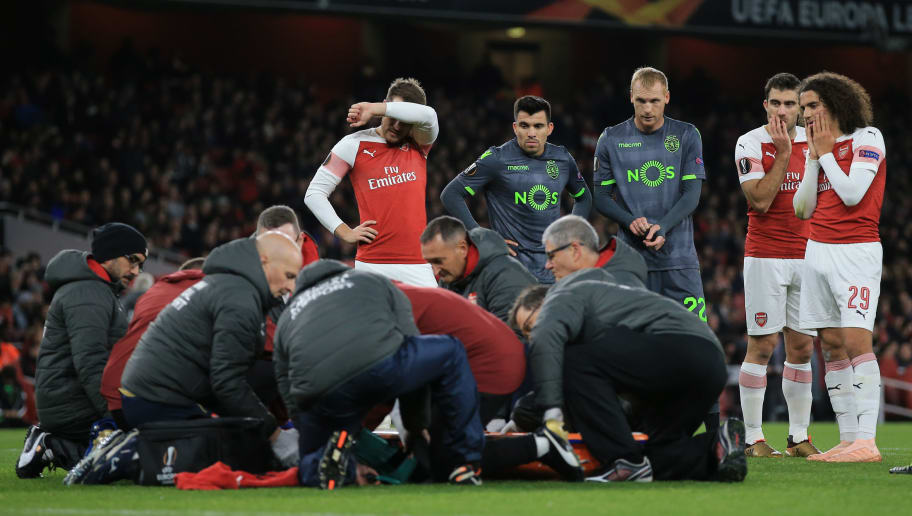 LONDON, ENGLAND - NOVEMBER 08: Players look on concerned as Danny Welbeck of Arsenal is treated for an injury during the UEFA Europa League Group E match between Arsenal and Sporting CP at Emirates Stadium on November 8, 2018 in London, United Kingdom. (Photo by Marc Atkins/Getty Images)