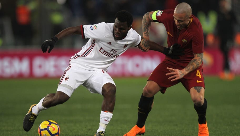 ROME, ITALY - FEBRUARY 25:  Franck Kessie of AC Milan competes for the ball with Radja Nainggolan of AS Roma during the serie A match between AS Roma and AC Milan at Stadio Olimpico on February 25, 2018 in Rome, Italy.  (Photo by Paolo Bruno/Getty Images)