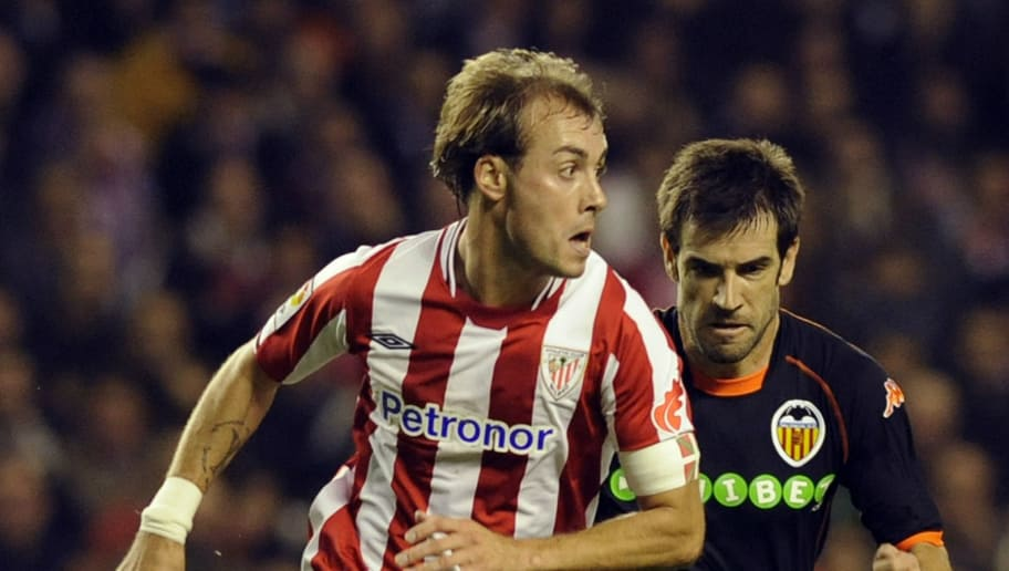 Athletic Bilbao's Francisco Yeste (L) vies with Valencia's David Albelda (R), during a Spanish league football match, on December 6, 2009, at San Mames stadium in Bilbao. AFP PHOTO/Rafa Rivas (Photo credit should read RAFA RIVAS/AFP/Getty Images)