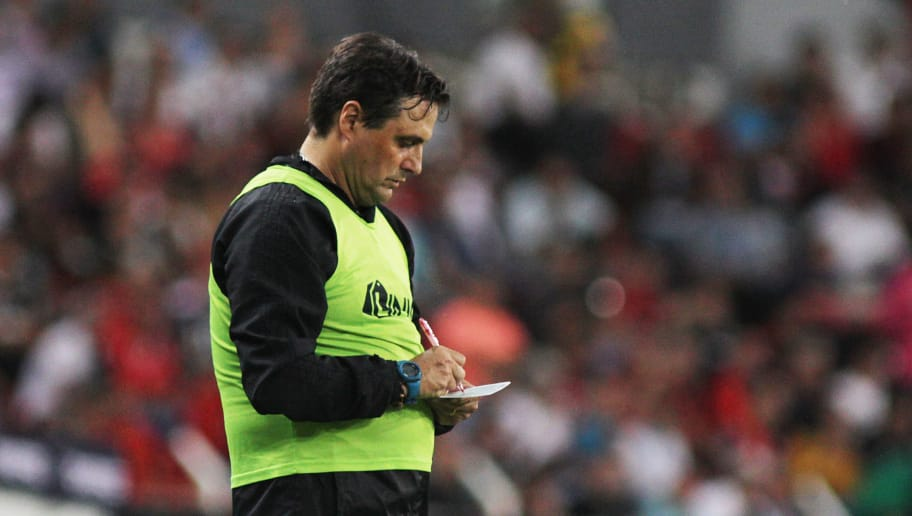 GUADALAJARA, MEXICO - SEPTEMBER 28: Angel Guillermo Hoyos Coach of Atlas writes down on a paper during the 11th round match between Atlas and Toluca as part of the Torneo Apertura 2018 Liga MX at Jalisco Stadium on September 28, 2018 in Guadalajara, Mexico. (Photo by Jam Media/Getty Images)