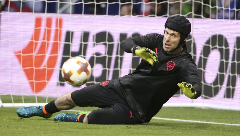 MADRID, SPAIN - MAY 3: Goalkeeper of Arsenal Petr Cech warms up before the UEFA Europa League Semi Final second leg match between Atletico Madrid and Arsenal FC at Estadio Wanda Metropolitano on May 3, 2018 in Madrid, Spain. (Photo by Jean Catuffe/Getty Images)