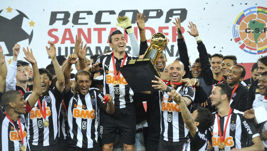 BELO HORIZONTE, BRAZIL - JULY 23: Players of Atletico Mineiro celebrate with the trophy after win the match between Atletico Mineiro and Lanús as part of the Recopa Santander Sudamericana 2014 at Mineirao Stadium on July 23, 2014 in Belo Horizonte, Brazil. (Photo by Eduardo Efrain/LatinContent/Getty Images)