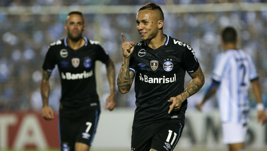 TUCUMAN, ARGENTINA - SEPTEMBER 18: Everton of Gremio celebrates after scoring the second goal of his team during a quarter final first leg match between Atletico Tucuman and Gremio as part of Copa CONMEBOL Libertadores 2018 at Estadio Monumental Jose Fierro on September 18, 2018 in Tucuman, Argentina.   (Photo by Agustin Marcarian/Getty Images)