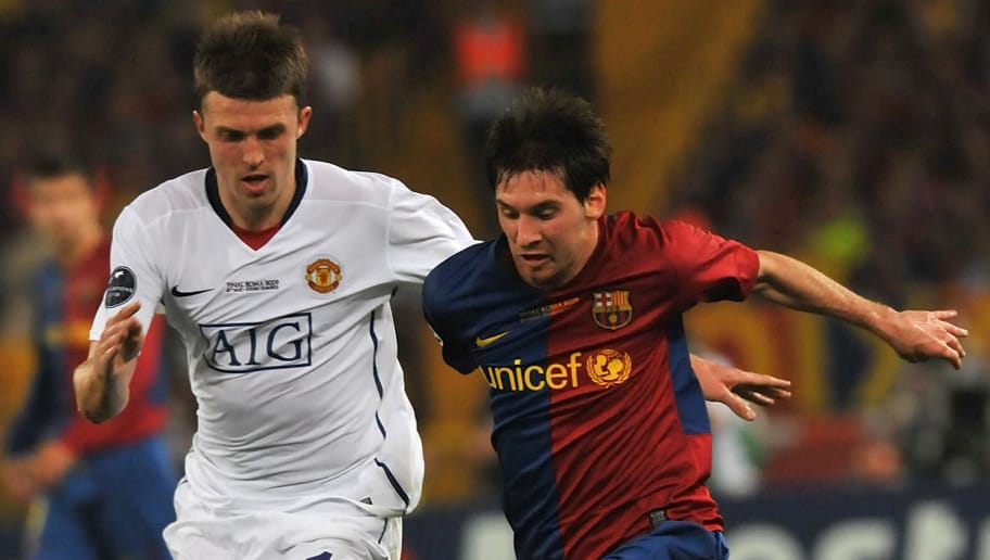 Barcelona´s Argentinian forward Lionel Messi (R) fights for the ball with Manchester United's midfielder Michael Carrick during the final of the UEFA football Champions League on May 27, 2009 at the Olympic Stadium in Rome.       AFP PHOTO / CARL DE SOUZA (Photo credit should read CARL DE SOUZA/AFP/Getty Images)