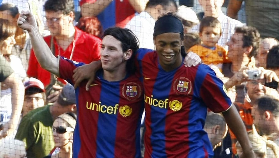 Barcelona's Argentinian Messi (L) is con