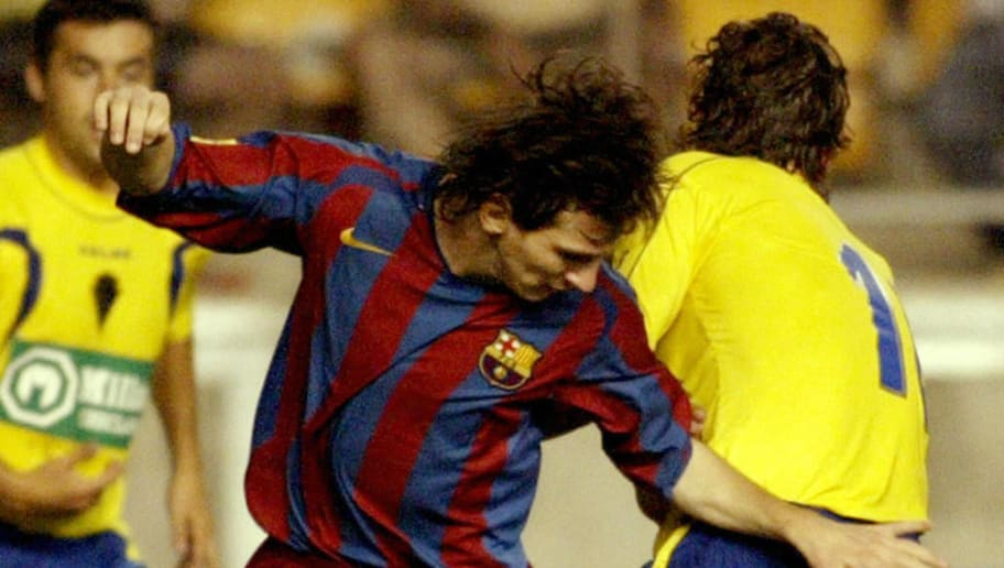 Barcelona's player Messi (L) vies with C