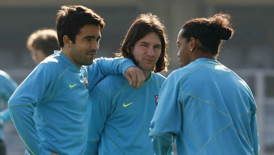 Barcelona's Ronaldinho (R) talks with Po