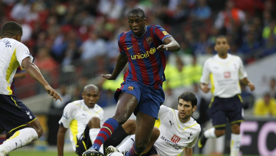Barcelona's Yaya Toure (C) avoids the ch