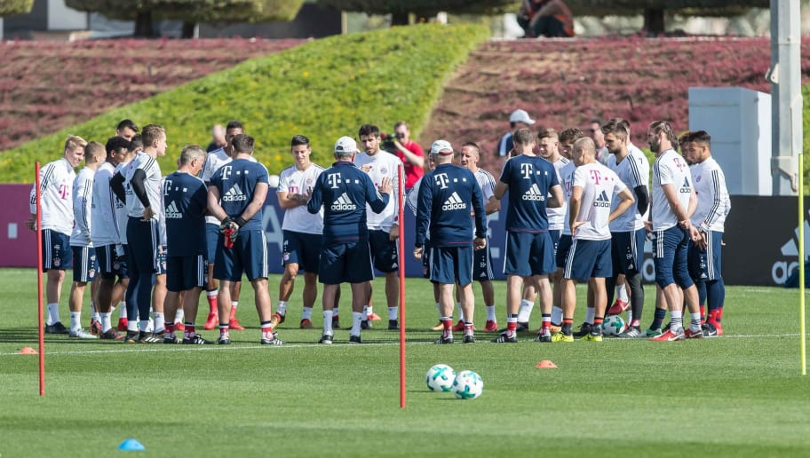 DOHA, QATAR - JANUARY 07: Head coach Jupp Heynckes of Muenchen speaks to his team during the FC Bayern Muenchen training camp at Aspire Academy on January 07, 2018 in Doha, Qatar. (Photo by TF-Images/TF-Images via Getty Images)
