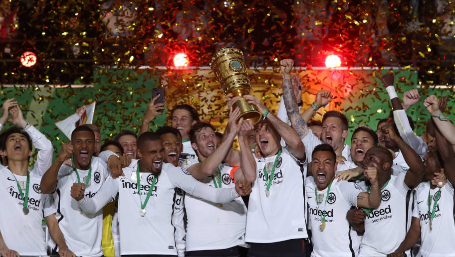 BERLIN, GERMANY - MAY 19:  David Abraham and Alexander Meier of Frankfurt lift the trophy after winning the DFB Cup final between Bayern Muenchen and Eintracht Frankfurt at Olympiastadion on May 19, 2018 in Berlin, Germany.  (Photo by Lars Baron/Bongarts/Getty Images)