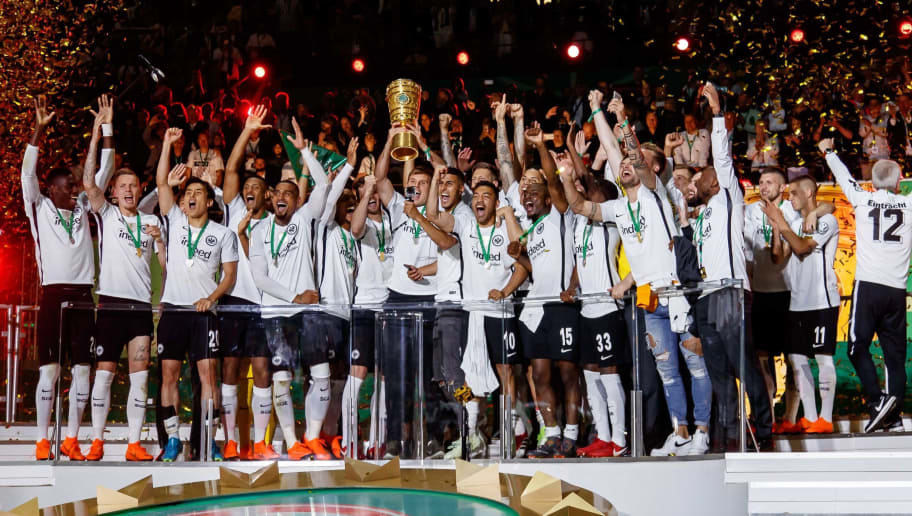 BERLIN, GERMANY - MAY 19:  Players of Eintracht Frankfurt celebrate with the trophy after winning the DFB Cup final between Bayern Muenchen and Eintracht Frankfurt at Olympiastadion on May 19, 2018 in Berlin, Germany. (Photo by TF-Images/Getty Images)