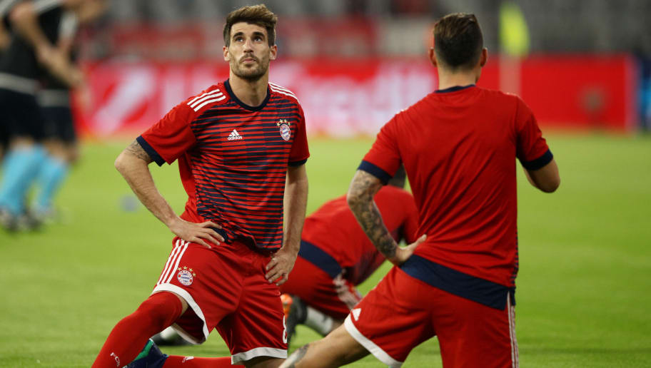 MUNICH, GERMANY - APRIL 11:  Javi Martinez of Bayern Muenchen warms up prior to the UEFA Champions League Quarter Final Second Leg match between Bayern Muenchen and Sevilla FC at Allianz Arena on April 11, 2018 in Munich, Germany.  (Photo by Adam Pretty/Bongarts/Getty Images)