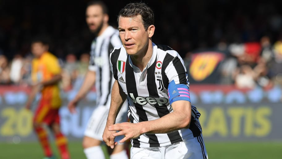 BENEVENTO, ITALY - APRIL 07: Stephan Lichtsteiner of Juventus in action during the serie A match between Benevento Calcio and Juventus at Stadio Ciro Vigorito on April 7, 2018 in Benevento, Italy.  (Photo by Francesco Pecoraro/Getty Images)