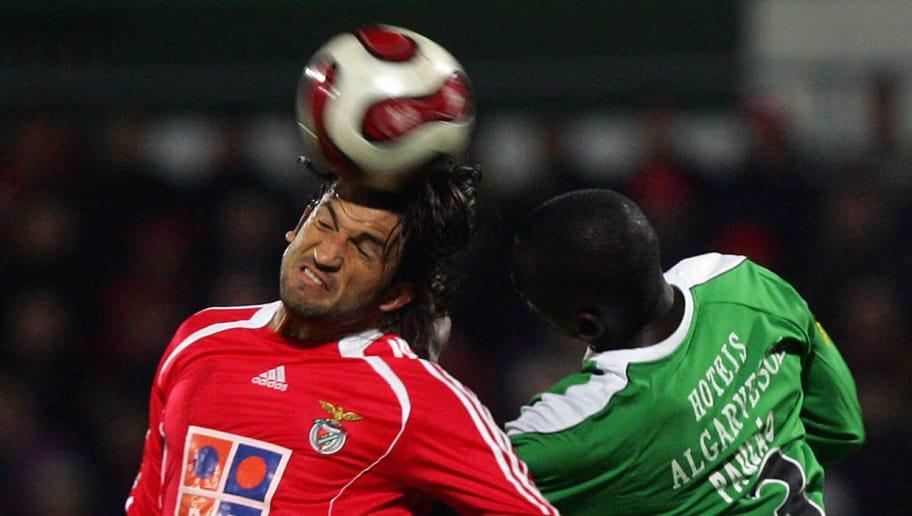 Benfica's Mexican Kikin Fonseca (L) vies
