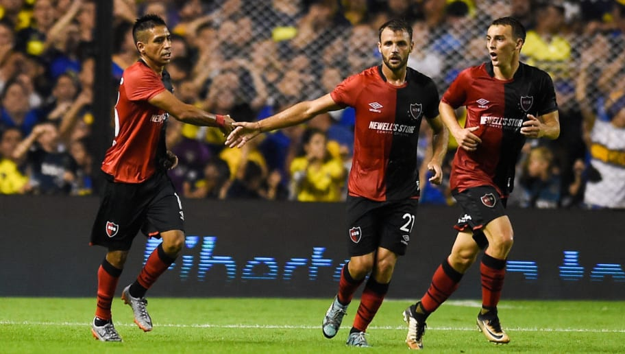 BUENOS AIRES, ARGENTINA - APRIL 22: Hector Fertoli of Newells Old Boys celebrates with teammates after scoring the first goal of his team  during a match between Boca Juniors and Newell's Old Boys as part of Argentine Superliga 2017/18 at Estadio Alberto J. Armando on April 22, 2018 in Buenos Aires, Argentina. (Photo by Marcelo Endelli/Getty Images)