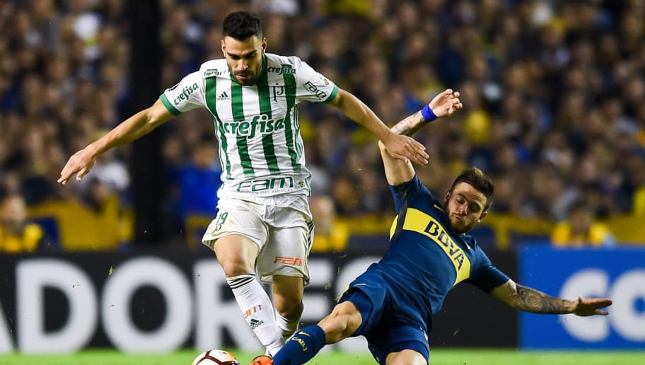 LA BOCA, ARGENTINA - APRIL 25: Bruno Henrique of Palmeiras fights for the ball with Nahitan Nandez of Boca Juniors during a match between Boca Juniors and Palmeiras as part of Copa CONMEBOL Libertadores 2018 at Alberto J. Armando Stadium on April 25, 2018 in Buenos Aires, Argentina. (Photo by Marcelo Endelli/Getty Images)