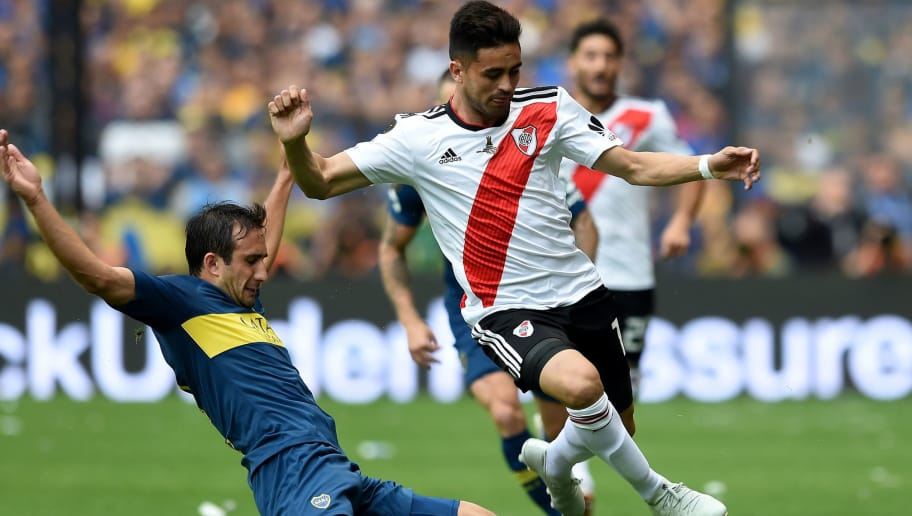 BUENOS AIRES, ARGENTINA - NOVEMBER 11: Gonzalo Martinez (R) of River Plate and Carlos Izquierdoz (L) of Boca Juniors fight for the ball during the first leg match between Boca Juniors and River Plate as part of the Finals of Copa CONMEBOL Libertadores 2018 at Estadio Alberto J. Armando on November 11, 2018 in Buenos Aires, Argentina. The match was due to be played on November 10th and was rescheduled due to heavy storms in Buenos Aires. (Photo by Diego Haliasz/Getty Images)