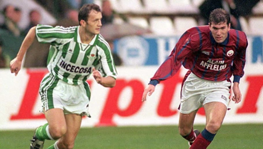 Bordeaux's Zinedine Zidane (R), duels with Betis'