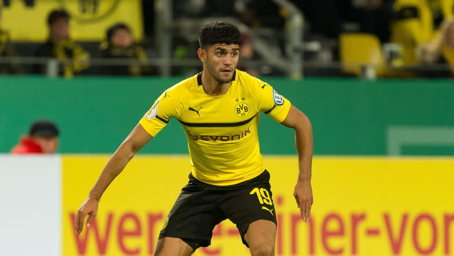 DORTMUND, GERMANY - OCTOBER 31: Mahmound Dahoud of Borussia Dortmund controls the ball during the DFB Cup match between Borussia Dortmund and 1. FC Union Berlin at Signal Iduna Park on October 31, 2018 in Dortmund, Germany. (Photo by TF-Images/Getty Images)
