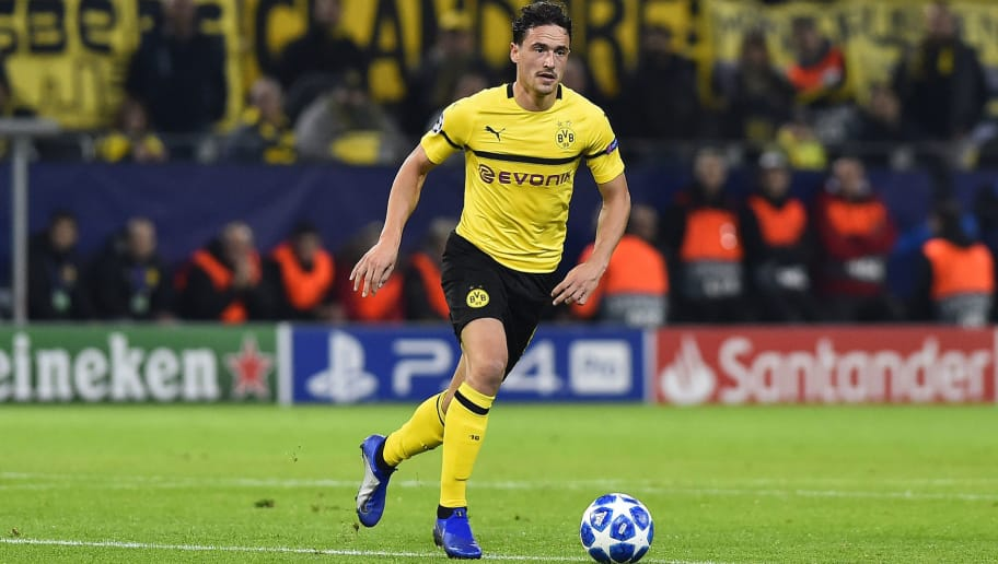 DORTMUND, GERMANY - OCTOBER 24: Thomas Delaney of Borussia Dortmund controls the ball during the UEFA Champions League Group A match between Borussia Dortmund and Club Atletico de Madrid at Signal Iduna Park on October 24, 2018 in Dortmund, Germany. (Photo by TF-Images/Getty Images)