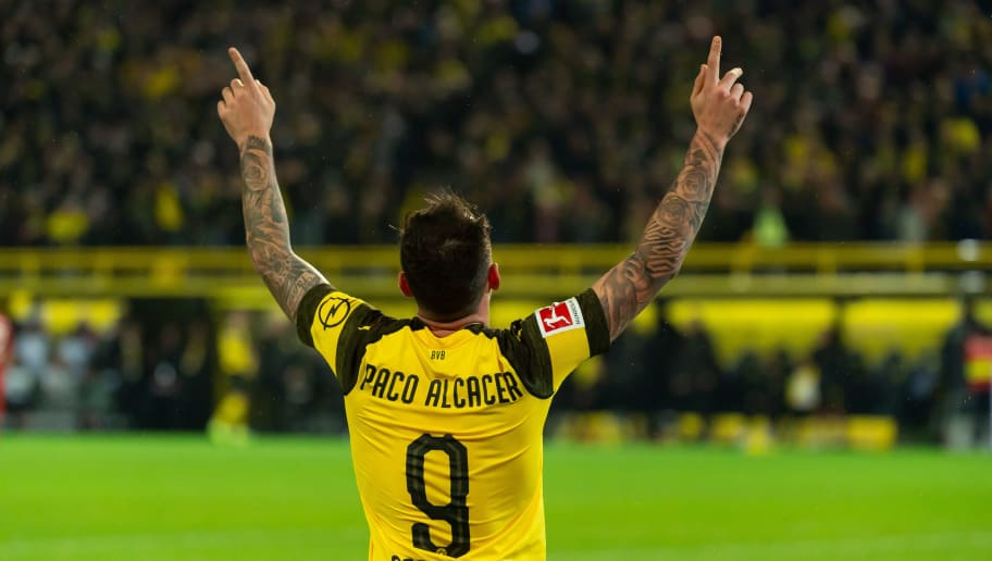 DORTMUND, GERMANY - NOVEMBER 10: Paco Alcacer of Borussia Dortmund celebrates after scoring his team`s third goal during the Bundesliga match between Borussia Dortmund and FC Bayern Muenchen at Signal Iduna Park on November 10, 2018 in Dortmund, Germany.(Photo by TF-Images/Getty Images)