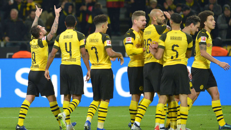 DORTMUND, GERMANY - DECEMBER 01: Paco Alcacer of Dortmund celebrates after scoring his team's second goal with team mates during the Bundesliga match between Borussia Dortmund and Sport-Club Freiburg at Signal Iduna Park on December 01, 2018 in Dortmund, Germany. (Photo by TF-Images/Getty Images)