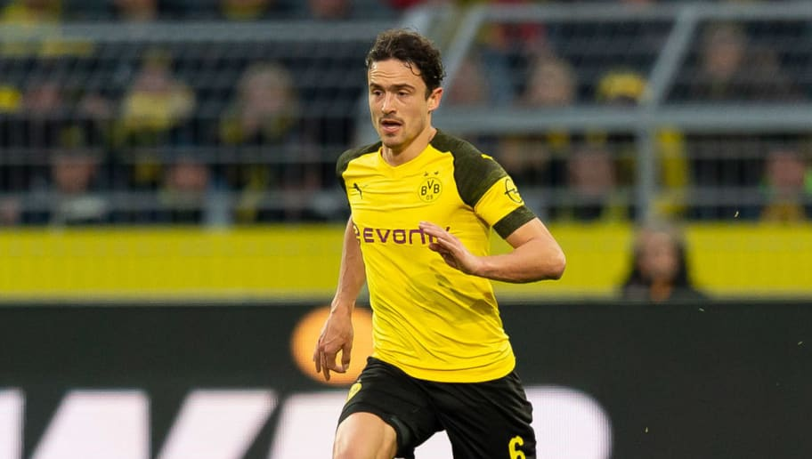 DORTMUND, GERMANY - DECEMBER 01: Thomas Delaney of Dortmund controls the ball during the Bundesliga match between Borussia Dortmund and Sport-Club Freiburg at Signal Iduna Park on December 01, 2018 in Dortmund, Germany. (Photo by TF-Images/Getty Images)