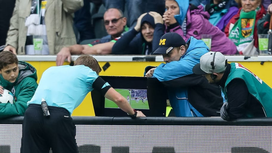 MOENCHENGLADBACH, GERMANY - SEPTEMBER 30: Referee Christian Dingert uses a video assistant to decide about penalty sichtet den Videobeweis during the Bundesliga match between Borussia Moenchengladbach and Hannover 96 at Borussia-Park on September 30, 2017 in Moenchengladbach, Germany. (Photo by TF-Images/TF-Images via Getty Images)