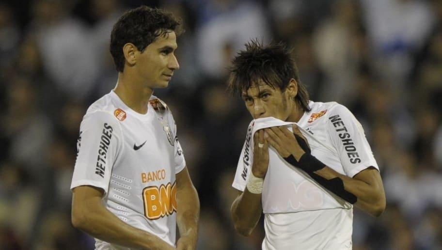 Brazil's Santos FC forward Neymar (R) an