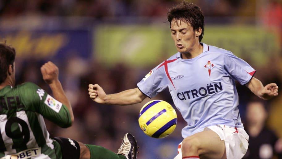 Celta Vigo's David Silva (R) controls th