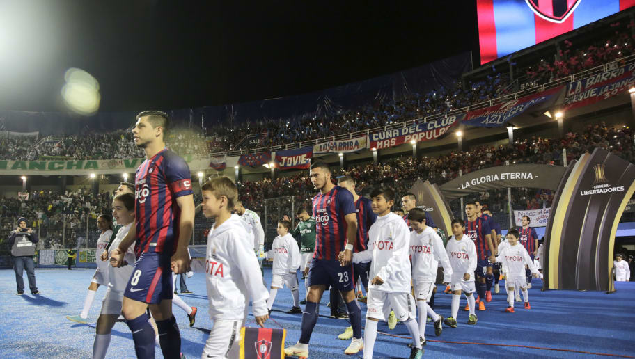 ASUNCION, PARAGUAY - AUGUST 09: Players of Cerro Porteño get in the field prior a round of sixteen match between Cerro Porteno and Palmeiras as part of Copa CONMEBOL Libertadores 2018 at General Pablo Rojas Stadium on August 9, 2018 in Asuncion, Paraguay. (Photo by Luis Vera/Getty Images)