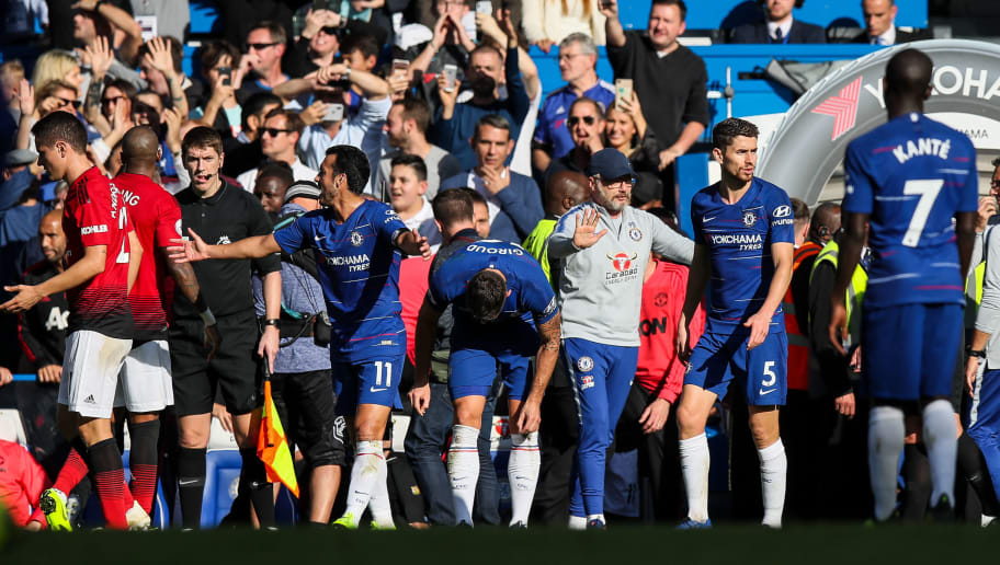 LONDON, ENGLAND - OCTOBER 20: Players of Chelsea and Manchester United react with coaching staff on the touchline after an altercation with Jose Mourinho head coach / manager of Manchester United during the Premier League match between Chelsea FC and Manchester United at Stamford Bridge on October 20, 2018 in London, United Kingdom. (Photo by Matthew Ashton - AMA/Getty Images)
