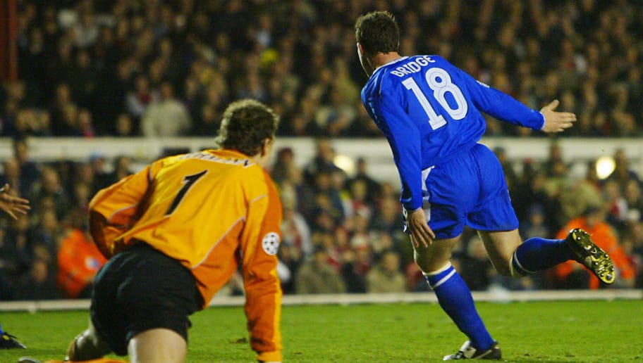 Chelsea's Wayne Bridge (R) runs past Ars