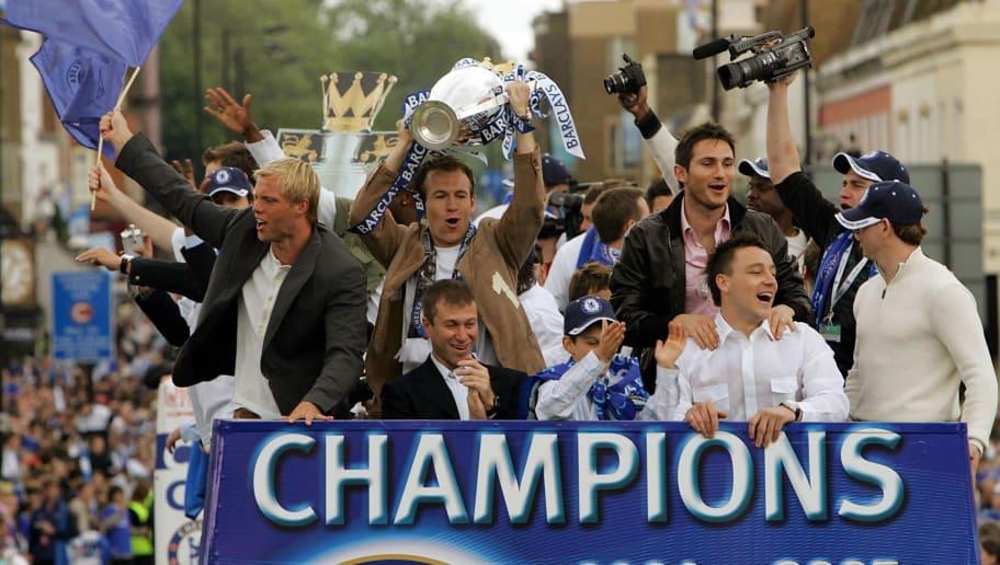 Chelsea striker Arjen Robben (C) holds t