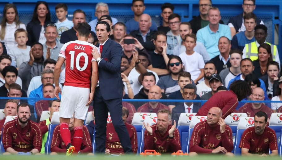 LONDON, ENGLAND - AUGUST 18: Unai Emery the head coach / manager of Arsenal substitutes Mesut Ozil during the Premier League match between Chelsea FC and Arsenal FC at Stamford Bridge on August 18, 2018 in London, United Kingdom. (Photo by Matthew Ashton - AMA/Getty Images)