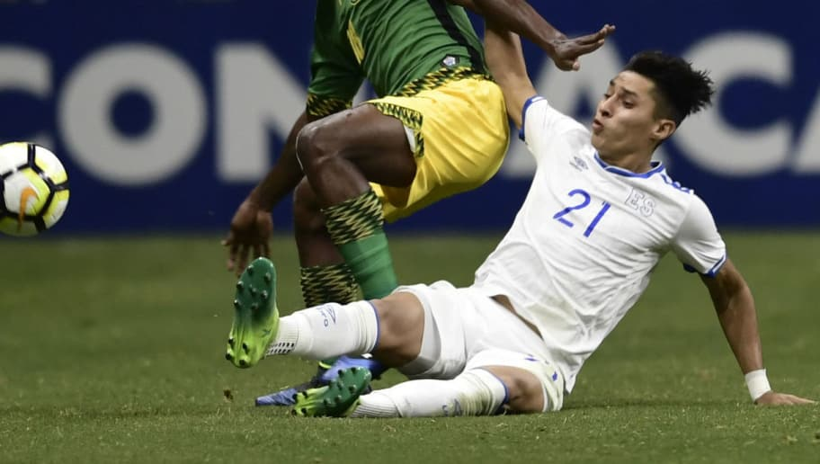 The ball eludes Owayne Gordon (L) of Jamaica and Bryan Tamacas (R) of El Salvador during their CONCACAF Gold Cup soccer match at the Alamodome on July 16, 2017 in San Antonio, Texas. / AFP PHOTO / Brendan Smialowski        (Photo credit should read BRENDAN SMIALOWSKI/AFP/Getty Images)