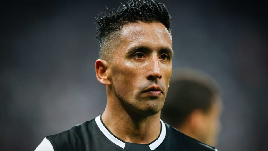 SAO PAULO, BRAZIL - AUGUST 29: Lucas Barrios of Colo-Colo of Chile looks on during the match against Corinthians for the Copa CONMEBOL Libertadores 2018 at Arena Corinthians Stadium on August 29, 2018 in Sao Paulo, Brazil. (Photo by Alexandre Schneider/Getty Images)