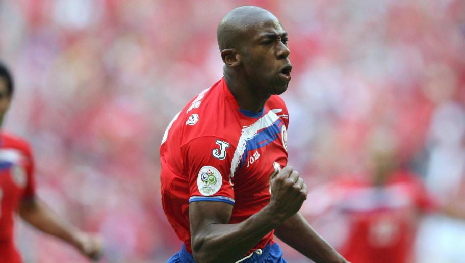 Costa Rican forward Paulo Wanchope (R) c
