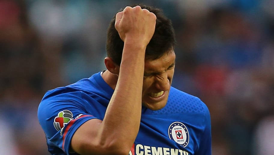MEXICO CITY, MEXICO - FEBRUARY 10: Jordan Silva of Cruz Azul reacts after missing a chance of goal during the 6th round match between Cruz Azul and Necaxa as part of the Torneo Clausura 2018 Liga MX at Azul Stadium on February 10, 2018 in Mexico City, Mexico. (Photo by Manuel Velasquez/Getty Images)