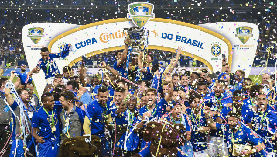 BELO HORIZONTE, BRAZIL - SEPTEMBER 27: Players of Cruzeiro celebrate the title with the trophy after a match between Cruzeiro and Flamengo as part of Copa do Brasil Final 2017 at Mineirao stadium on September 27, 2017 in Belo Horizonte, Brazil. (Photo by Pedro Vilela/Getty Images)