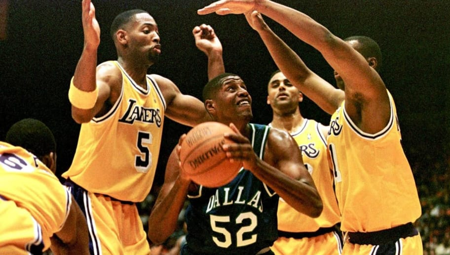 INGLEWOOD, UNITED STATES:  Dallas Mavericks player Samaki Walker (C) is surrounded by Los Angeles Lakers players during their game at Ingelwood's Great Western Forum 14 December in California. The Lakers won 119-89.   AFP PHOTO Hector MATA (Photo credit should read HECTOR MATA/AFP/Getty Images)
