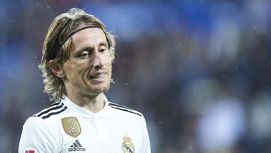VITORIA-GASTEIZ, SPAIN - OCTOBER 06:  Luka Modric of Real Madrid CF reacts during the La Liga match between Deportivo Alaves and Real Madrid CF at Estadio de Mendizorroza on October 6, 2018 in Vitoria-Gasteiz, Spain.  (Photo by Juan Manuel Serrano Arce/Getty Images)