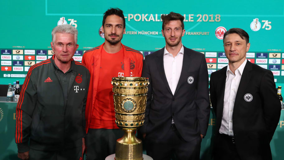 BERLIN, GERMANY - MAY 18:  Head coach of Bayern Muenchen Josef Heynckes, team captain of FC Bayern Muenchen Mats Hummels, team captain of Eintracht Frankfurt David Abraham and head coach of Eintracht Frankfurt Niko Kovac and  (L-R) pose with the DFB Cup trophy after the DFB Cup Final Press Conference at Olympiastadion on May 18, 2018 in Berlin, Germany.  (Photo by Lars Baron/Bongarts/Getty Images)