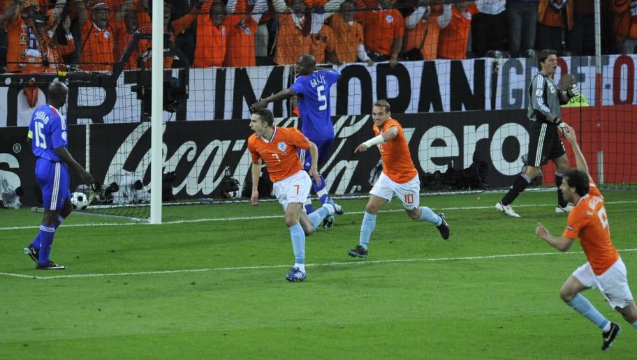 Dutch forward Robin van Persie (C) score